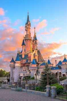 Disneyland, Paris - Happiest place on earth, Disne. Disney Trips, Disney Parks, Disneyland World, Vintage Disneyland, Disneyland Paris Castle, Disney World Castle, Chateau Disney, Disney Mignon, Disney World Pictures