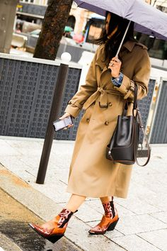 Take a look at some of the best street style looks spotted at the most fashionable shows of Paris Fashion Week Fall/Winter Look Street Style, Street Style Looks, Vogue Paris, Beatles, Fashion Week, Womens Fashion, Paris Fashion, Beige Trench Coat, Nyc