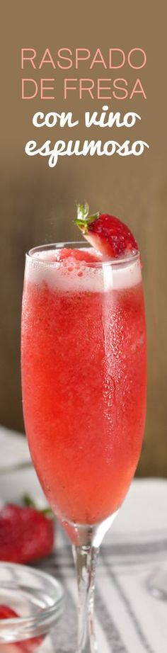 This summer refresh your day with this delicious strawberry cocktail. It is a rich scraping of delicious strawberries and has an effervescent touch for the sparkling wine that accompanies it, it will surely become your favorite. Wine Drinks, Cocktail Drinks, Alcoholic Drinks, Beverages, Party Drinks, Strawberry Cocktails, Strawberry Wine, Comida Diy, Happy Drink
