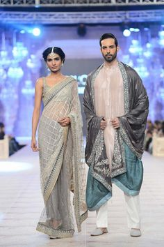 Nida Azwer Ghalib sari at PFDC L'Oréal Bridal Week 14 Bridal Sari, Indian Bridal, Pakistani Formal Dresses, Indian Dresses, Oriental Fashion, Indian Fashion, Nida Azwer, Indian Look, Desi Wear