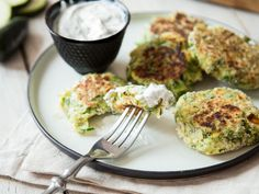 Fluffy taler to dunk: zucchini buffer with feta and tzatziki - FOOD AND DRINK Veggie Recipes, Low Carb Recipes, Cooking Recipes, Healthy Recipes, Law Carb, Amazing Food Photography, Zucchini Puffer, Eat Smart, Food Design