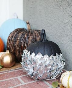 Bury your pumpkin in an array of silver, courtesy of some metallic spray paint and leaves. Click through for tutorial and more Halloween pumpkin decorating and design ideas. Contemporary Stairs, Contemporary Apartment, Contemporary Wallpaper, Contemporary Interior, Contemporary Building, Contemporary Cottage, Kitchen Contemporary, Contemporary Chandelier, Contemporary Landscape