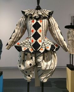 Jojanneke in Tilburg: Theaterkostuums van Rien Bekkers in Noordbrabants Museum. fOR THE CLOWN in all of us. But NOT Pennywise! Pierrot Costume, Pierrot Clown, Jester Costume, Costume Clown, Costume Ideas, Costume Patterns, Costumes Faciles, Vintage Clown, Vintage Circus Costume