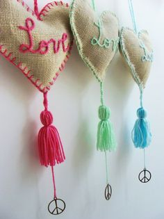 bolsitas con arpillera - would make nice lavender sachets to hang in the wardrobe. Felt Crafts, Fabric Crafts, Diy And Crafts, Arts And Crafts, Sewing Projects, Projects To Try, Diy Barn Door, Handicraft, Tassels