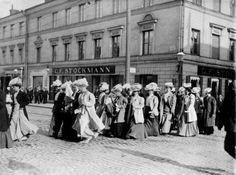 Naiset marssivat äänioikeudenpuolesta Helsingin keskustassa vuonna 1905.