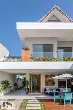 Esta casa de 220 m² no Rio de Janeiro tem estilo praiano e muita luz natural Home Room Design, Home Design Decor, Dream Home Design, House Front Design, Modern House Design, Style At Home, Model House Plan, Dream House Exterior, Facade House