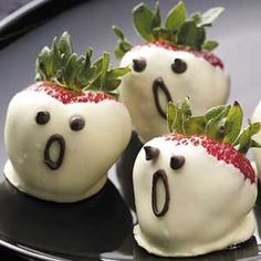 Haunted and healthy Halloween snacks! We found some of the most festive treats to celebrate next week. And be sure to visit our Halloween page for recipes, tips and more. Cute Halloween Food, Halloween Mignon, Dessert Halloween, Hallowen Food, Fete Halloween, Halloween Goodies, Baby Halloween, Halloween Ghosts, Halloween Chocolate