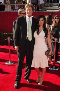 Pin for Later: Kim Kardashian, de Party Girl à Hot Mama  Kim et son beau père, Bruce Jenner, aux ESPY Awards en 2006.