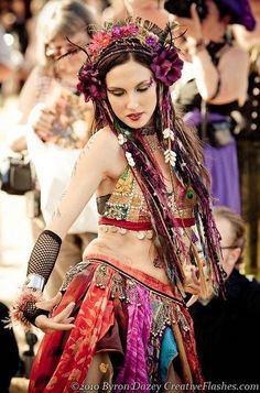 love this tribal gypsy style Tribal Fusion, Tribal Mode, Tribal Style, Belly Dance Lessons, Belly Dancing Classes, Bohemian Gypsy, Gypsy Style, Hippie Style, La Danse Macabre