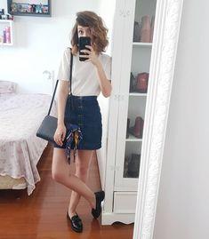 31.9 mil seguidores, 1,007 seguindo, 1,908 publicações - Veja as fotos e vídeos do Instagram de Yasmim Fassbinder (@yaah_) #7lookschallenge saia jeans saia de botões Hoje eu fui convidada para ir fazer uma degustação topíssima lá na @passionduchocolat do BC Shopping e por isso resolvi montar uma look mais ~arrumadjenho~ com a saia jeans! Tava louca pra testar ela com essa blusinha e achei que ficou super fofo, aí complementei com o mocassim e senti falta de algo pra dar uma carinha descolada…
