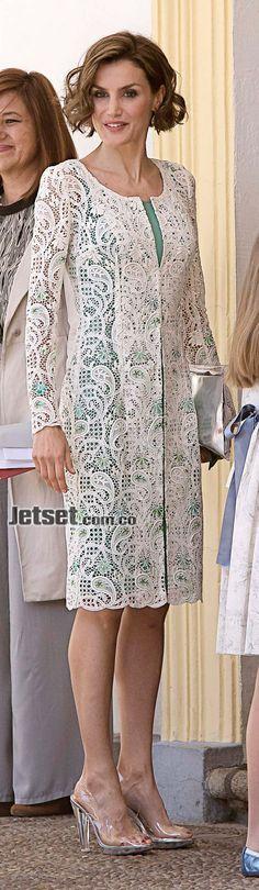 Ese día, en Madrid, Letizia se atavió con estas lujosas piezas, para una ocasión tan solemne como la primera comunión de su hija Leonor, la princesa de Asturias. • Vestido color aguamarina y abrigo de guipur, de Felipe Varela: US$ 1.350. • Clutch de vinilo, de Magrit: US$ 168. • Zapatos estilo peep-toe de vinilo transparente, de Magrit: US$ 302. • Aretes de oro, cuarzo y rubíes, exclusivos de Tous para la reina: US$ 1.100.