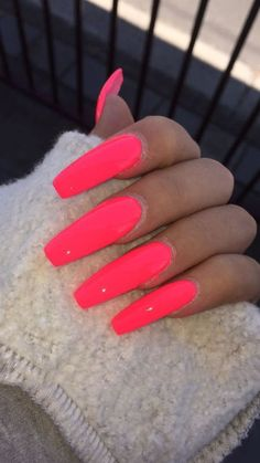 Want some ideas for wedding nail polish designs? This article is a collection of our favorite nail polish designs for your special day. Coral Acrylic Nails, Acrylic Nails Natural, Bright Summer Acrylic Nails, Best Acrylic Nails, Acrylic Nail Designs, Nail Polish Designs, Summer Nails, Gradient Nails, Holographic Nails