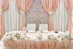 Драпированный задник за столом жениха и невесты м резной панелью, драпировка стола и декор живыми цветами