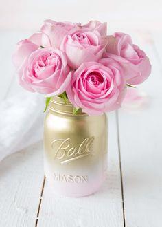 Dieses süsse Einmachglas wurde im gold-rosa Ombré-Look lackiert.  Ein Musthave für jede Landhaushochzeit, jeden Shabby-Chic-Liebhaber und Vintagefan.  Es handelt sich um Original Ball Mason...