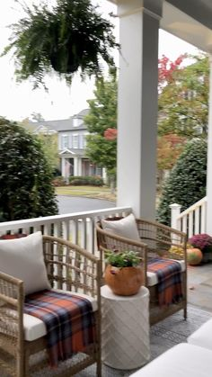 Revealing my cozy fall front porch with tips on how to combine color for a welcoming front entry the autumn. #falldecor#fall #fallideas