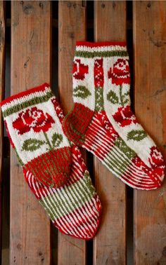 Beautiful socks in x-mas colours with roses. Instructions in Finnish at Novita.fi. YARN NOVITA 7 VELJESTÄ