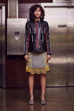 Guarda la sfilata di moda Altuzarra a New York e scopri la collezione di abiti e accessori per la stagione Pre-collezioni Primavera Estate 2017.