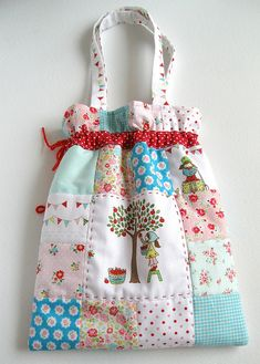 Cute bag <3 NOT a pattern but inspirational.  I am thinking that this would be a way to repurpose an old quilt that still has some life left in it.