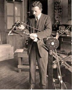 """Dr. William Coolidge con el tubo de rayos X del primer aparato de radiodiagnóstico """"portátil"""" (1918)"""