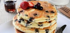 Read our delicious recipe for Blueberry Pancakes, a recipe from The Healthy Mummy, which is a safe way to lose weight. Healthy Mummy Recipes, Delicious Breakfast Recipes, Homemade Breakfast, Low Carb Breakfast, Dessert Recipes, How To Cook Pancakes, Tasty Pancakes, Blueberry Pancakes, Buttermilk Pancakes