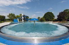 Freibad am Willersinnweiher Ludwigshafen: Saniertes Nichtschwimmerbecken mit Strömungskanal, Breitrutsche und Wasserpilz.