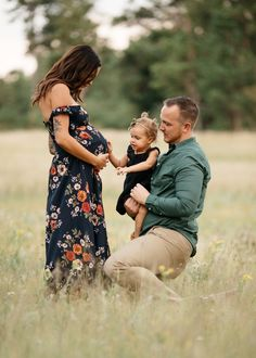 Must-Have Fall Maternity Dresses - Sexy Mama Maternity Fall Maternity Pictures, Maternity Photo Outfits, Outdoor Maternity Photos, Maternity Photography Outdoors, Fall Family Pictures, Maternity Poses, Maternity Portraits, Family Photography, Sibling Poses
