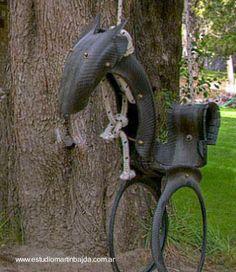 Hamaca infantil para exteriores, hecha de neumáticos reciclados.