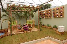 Reutilização é a palavra de ordem neste ambiente! #decoração #areaexterna #pallets #flores