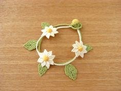 *マーガレットのブレスレット* Daisy jewelry with Cluny petals and block tatted leaves #tatting #flower #leaf #jewelry