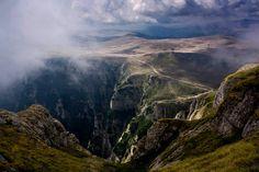 Unde se află Gugu, muntele care l-a… Hiking Routes, Hiking Trails, Visit Romania, Mysterious Places, Jules Verne, Wonderful Places, Mountains, World, Travel