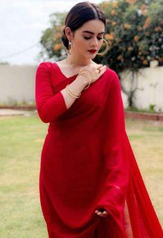 Minal Khan in Red sari❤ Pakistani Dresses Casual, Pakistani Bridal Dresses, Pakistani Dress Design, Bridal Lehenga, Wedding Dresses, Dress Indian Style, Indian Dresses, Indian Outfits, Indian Wear