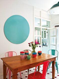 Comedor de diario con sillas de colores