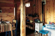 Una cabaña rústica y confortable  Los minúsculos 28m2, con techo de chapa acanalada y piso de baldosas, conforman un único y elemental ambiente con una sola división que separa el dormitorio y el baño.  /Virginia del Giudice