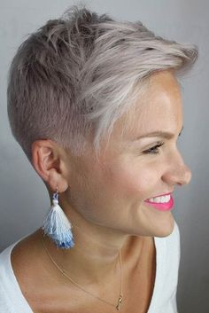 Simple Stylish Cut For Busy Women ? Our collection of short hair trends 2018 will surprise you. You will see all the faves among celebrities: undercut pixie cuts bobs and other popular haircuts. Get inspired for your own latest short cut. Super Short Hair, Short Grey Hair, Short Hair Cuts For Women, Grey Short Hair Styles, Funky Short Hair, Trendy Hair, Pelo Popular, Short Hair Trends, Mens Hair Trends