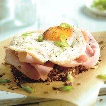 Roggevolkorenbrood met ham, spiegelei en lente-ui