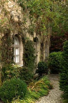 pour mur aveugle contre galerie  http://www.houseandgarden.co.uk/outdoor-spaces/features/cotswolds-garden