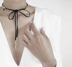 Details: Dieses Band aus Faux-Veloursleder dient perfekt als Halskette. Hier entdecken und shoppen: http://sturbock.me/FGt