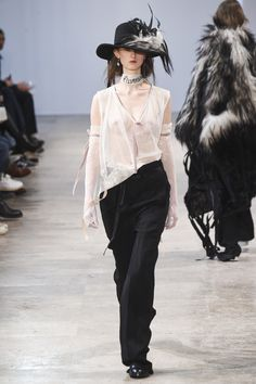 The complete Ann Demeulemeester Fall 2017 Menswear fashion show now on Vogue Runway. Vogue Fashion, Dark Fashion, White Fashion, Fashion Week, Gothic Fashion, Fashion 2017, Timeless Fashion, Couture Fashion, Boho Fashion