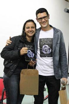Mais uma foto do #escritor #DanielMoraes e a #leitora Priscila no lançamento do #livro #BodasDePapel na #UBC #UniversidadeBrazCubas em #MogiDasCruzes #SP
