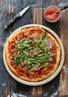 Italian Pizza ham and rocket recipe. The pizza ham and rocket pizza is a tasty soft and ideal when you want to enjoy a single dish fresh and tasty and good for the table with a nice cold beer for a dinner with friends. Rocket Recipes, Trattoria Italiana, Prosciutto Pizza, Arugula Pizza, Great Recipes, Favorite Recipes, Cooking Recipes, Healthy Recipes, Spring Recipes