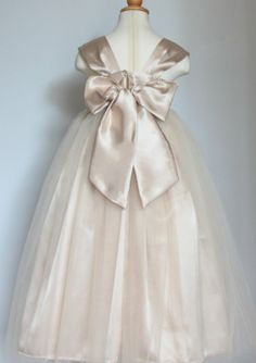 Flower girl dress (back) - see more ideas on http://themerrybride.org/2014/04/18/friday-finds-from-etsy-com-4/