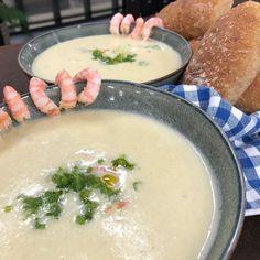 """Wenches kjøkken on Instagram: """"Blomkålsuppe og potetsuppe servert med urtepesto og reker (Glutenfri) Suppe: 2 blomkålhoder, ca 700 g ferdig renset 2-3 mellomstore…"""" Cheeseburger Chowder, Ramen, Soup, Ethnic Recipes, Soups"""