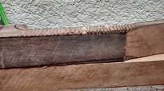 O mesmo processo para desbastar a madeira fui utilizado nas laterais, porém com uma serra menor.