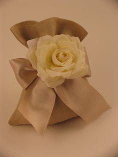 Bomboniera in lino con fiore in seta e nastro in doppio raso.