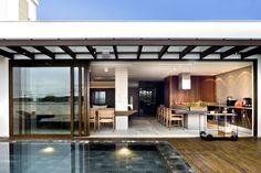 Espaço gourmet contemporâneo com piscina revestida de pedras em tons de cinza e preto! - DecorSalteado