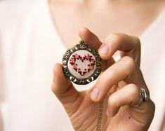 Rote Herz  Hand bestickt Halsband  Perlen Halskette  von skrynka