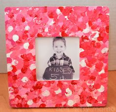 Kids enjoy making valentine crafts and they will have a wonderful time doing this. So enjoy this valentine's day with your beloved by doing these crafts. Valentine's Day Crafts For Kids, Family Crafts, Crafts To Make And Sell, Valentines Day Decorations, Valentine Day Crafts, Diy Niños Manualidades, Fingerprint Crafts, Homemade Valentines, Valentine's Day Diy