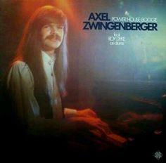 Axel Nosequéberger..., no sé que es peor, el pelo, el chaleco que parece la continuación del pelo, el entrecejo o el impronunciable apellido