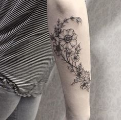 Beautiful floral forearm work by Sandra Cunha Unique Tattoos For Women, Ankle Tattoos For Women, Tattoos For Guys, Random Tattoos, Nature Tattoos, Body Art Tattoos, Cool Tattoos, Tatoos, Botanisches Tattoo