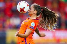 En cette journée internationale des droits de la femme, l'UEFA a attribué le prix de la joueuse de l'année. C'est Lieke Martens, l'attaquante ... Female Football Player, Football Players, Soccer Photography, Monday Humor, Football Girls, Fc Barcelona, Sports Women, My Idol, Athlete